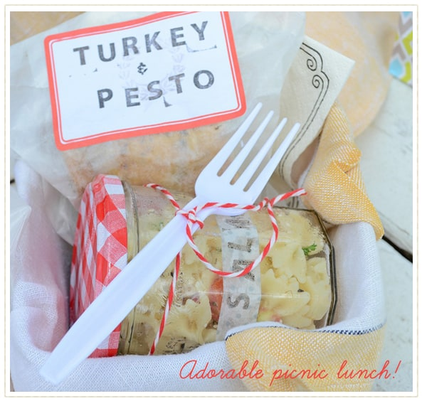 pretty picnic lunch with pasta salad in a jar, sew a fine seam
